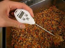 施設紹介 厨房 中心温度85度以上を確認